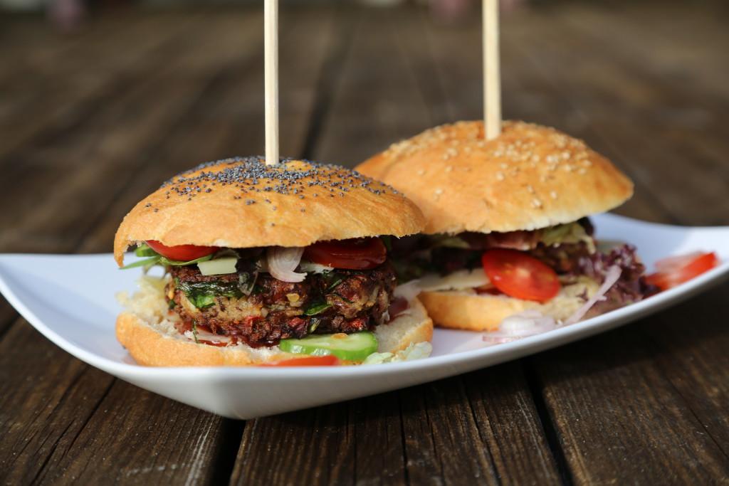 Veggie burger s houbami, špenátem a fazolemi