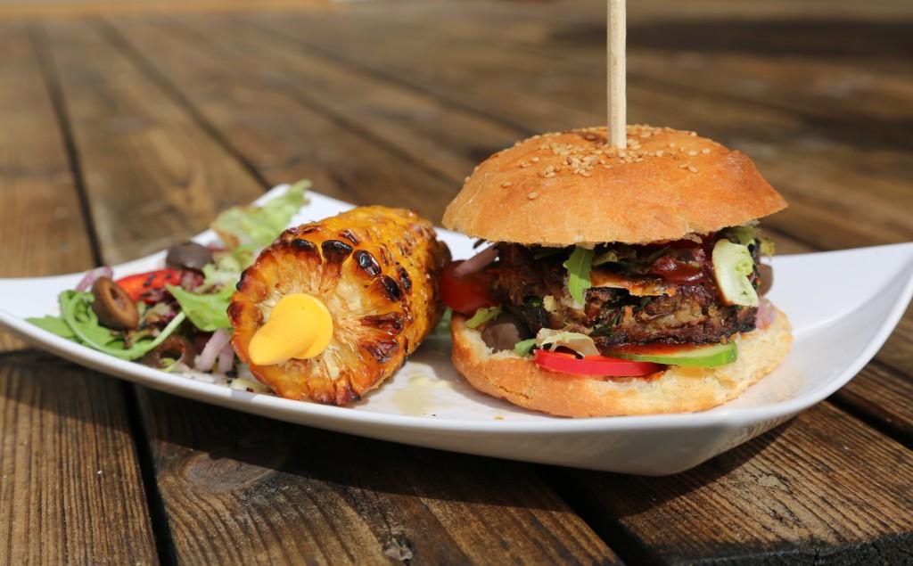 zeleninový burger v kváskové bulce spolu  s grilovaným kukuřičným klasem vytvořily dokonalou kombinaci chutí
