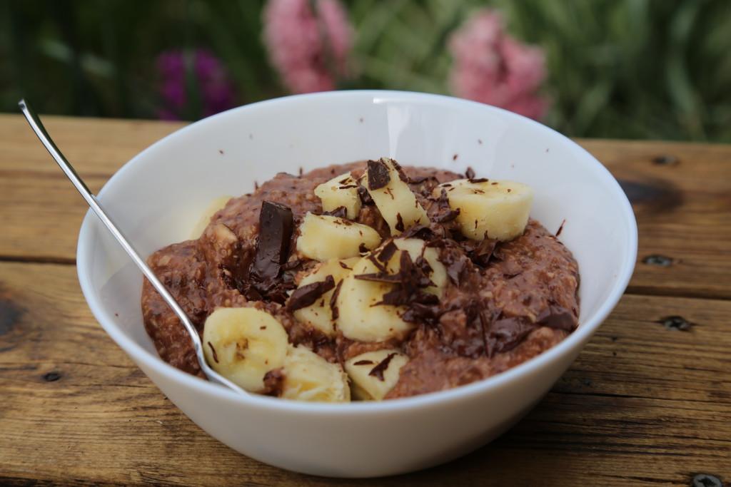 domácí ovesnou kaši si můžete nakombinovat podle libosti, například s banánem a hořkou čokoládou, která se krásně rozpustí