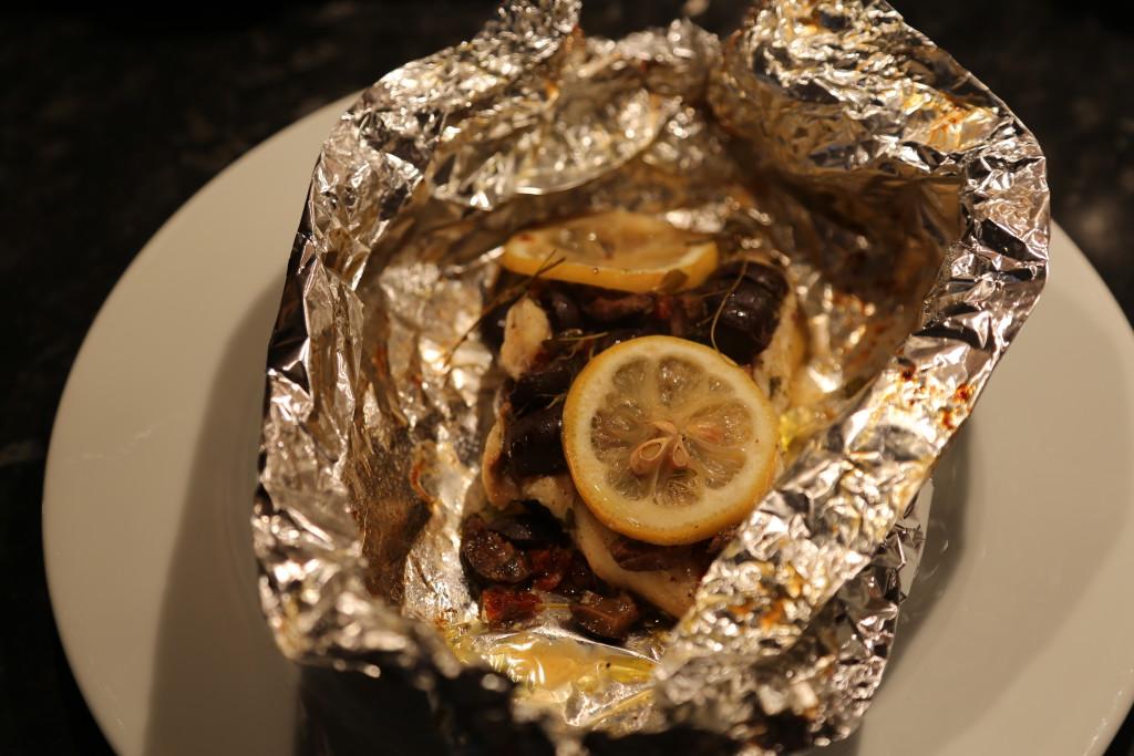 Po upečení balíček s rybou opatrně pootevřete a nechte odejít horkou páru.
