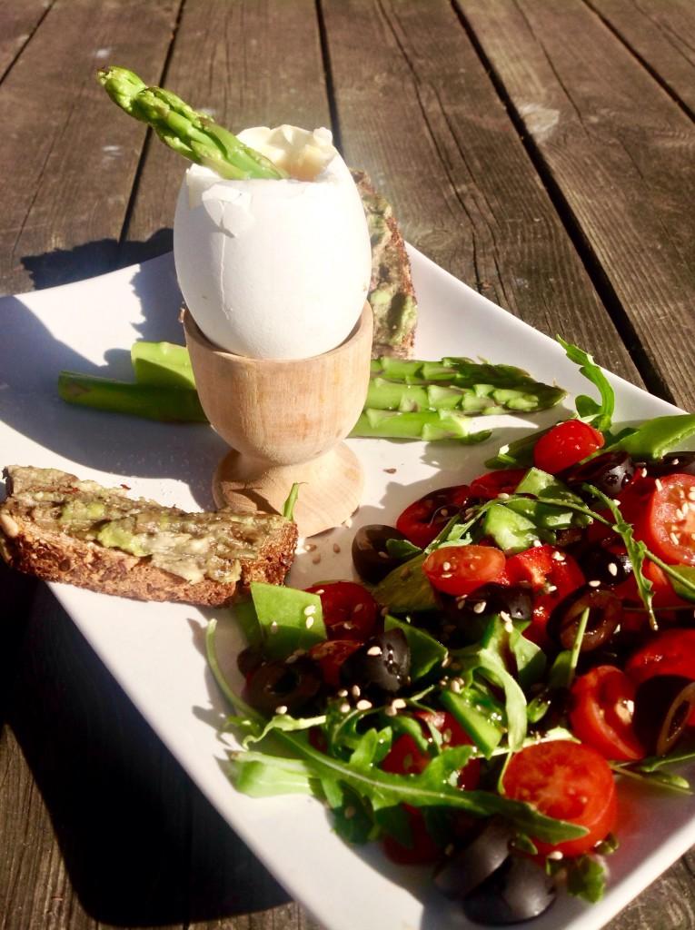 Vajíčko na hniličku s chřestem a avokádovým toastem