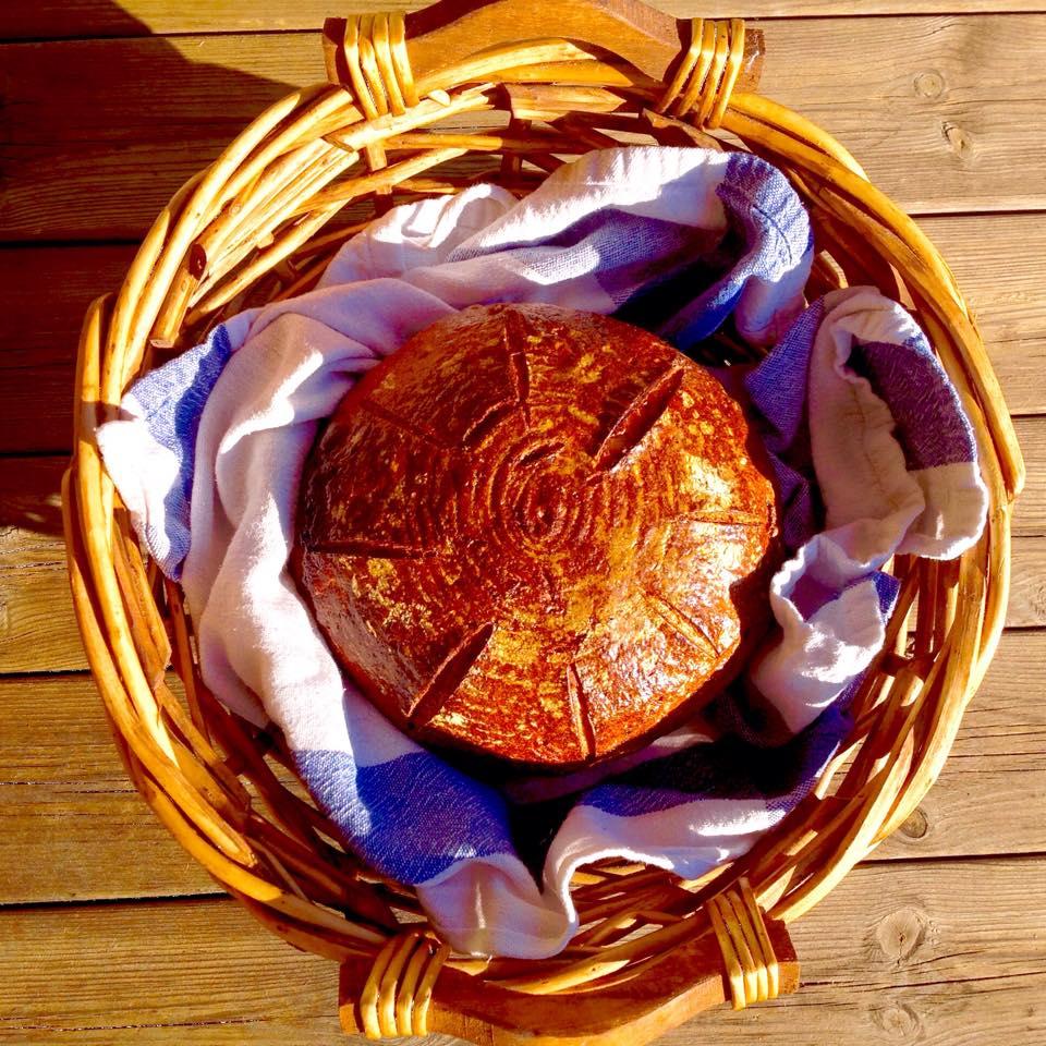 Tradiční český kváskový chléb se semínky a trochou kefíru, ošatka zakoupená v bazaru za neskutečně malý peníz a v perfektním stavu.