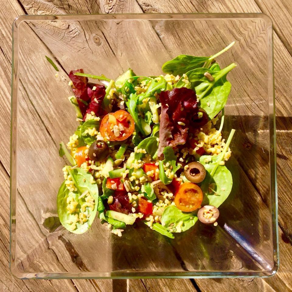 K obědu křupací salát s bulgurem..objevila jsme pro sebe další chutnou úpravu bulguru, u které asi zůstanu, neb mne chuť a textura ohromily.