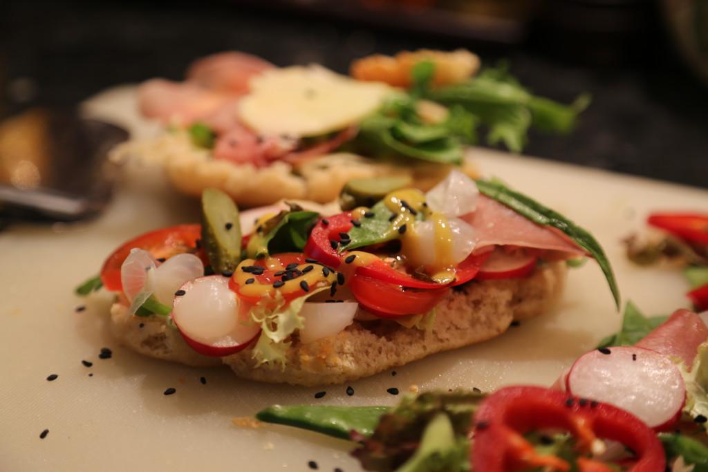 Příprava sendviče.