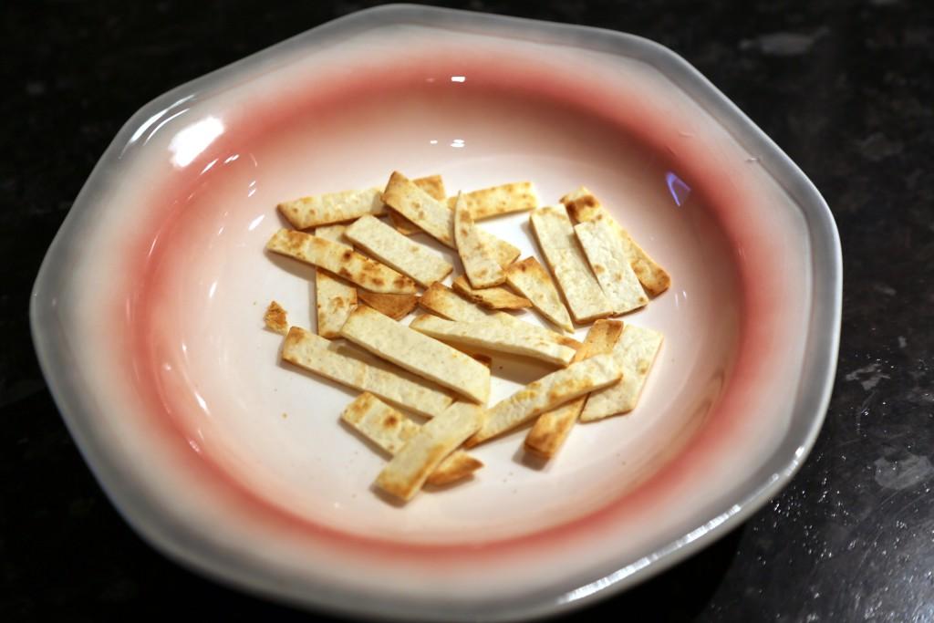 Na sucho opražené proužky tortilly.