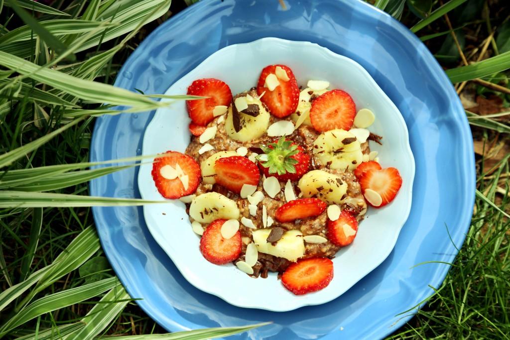 Domácí ovesná kaše s jahodami, banánem a čokoládou