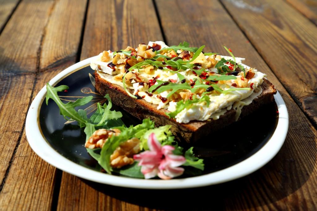 Chléb s camamberem, ořechy a rukolou. Chuťově doladěno čerstvě nadrceným růžovým pepřem a zakápnuté balsamico krémem