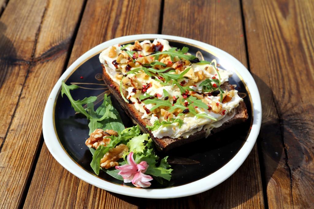 Chléb s camambertem, ořechy, rukolou a růžovým pepřem, zakápnuté balsamico krémem