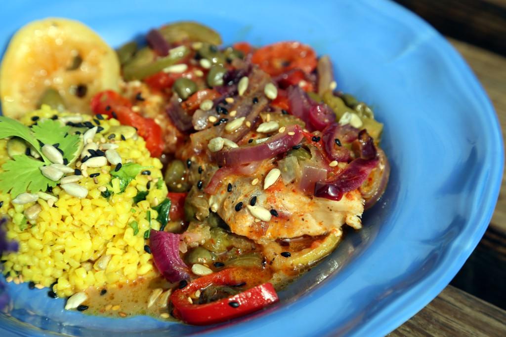 Ryba s červenou kari pastou a kapary, příloha bulgur s opraženými semínky