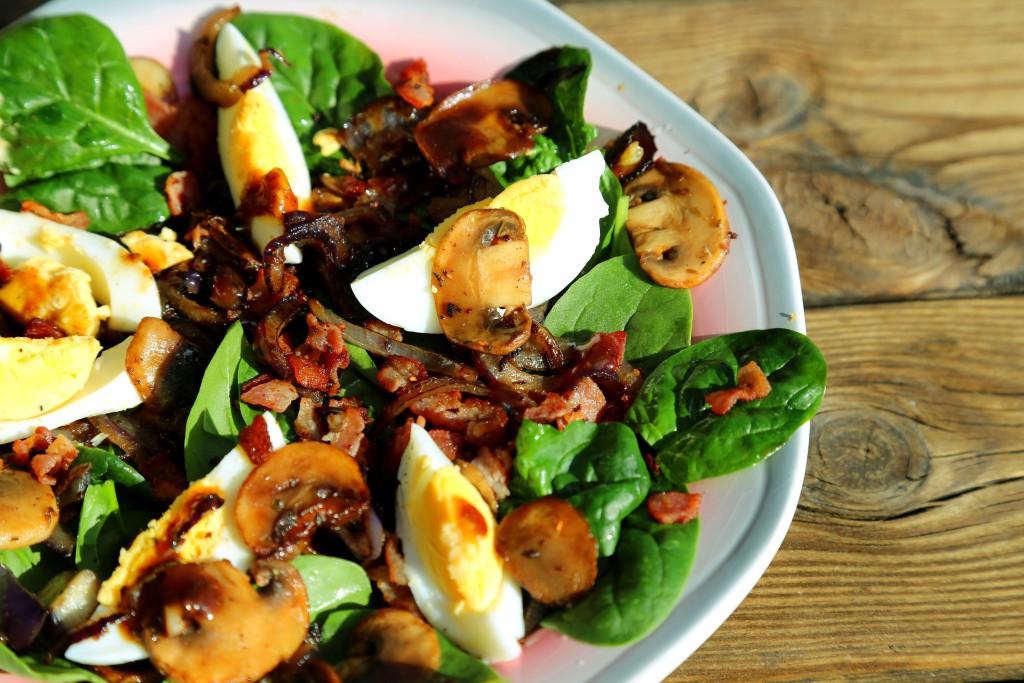 špenátový salát s karamelizovanou cibulí, houbami a vejcem
