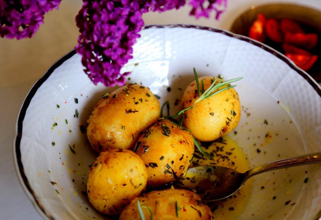 nové brambory se středomořskou zálivkou a bylinkami chutnají samotné anebo s další přílohou typu tvaroh a zelenina