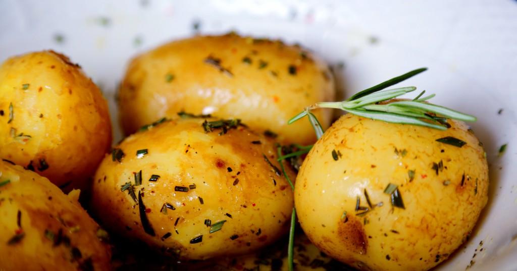 nové brambory se středomořskou zálivkou a bylinkami