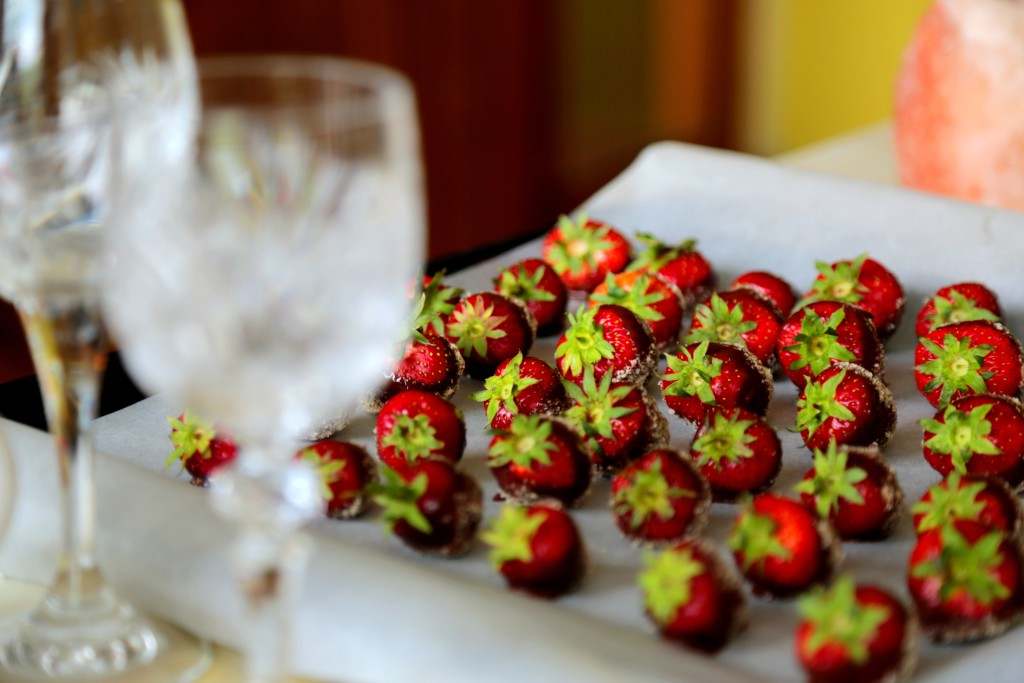jahody v čokoládě s mandlovou krustou jsou naprosto delikátní záležitostí