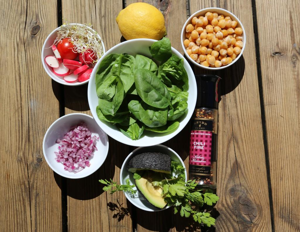 jednoduché ingredience. Důležitá je zelená nať koriandru, zralé avokádo. Zbytek je na vaší fantazii a možnostech