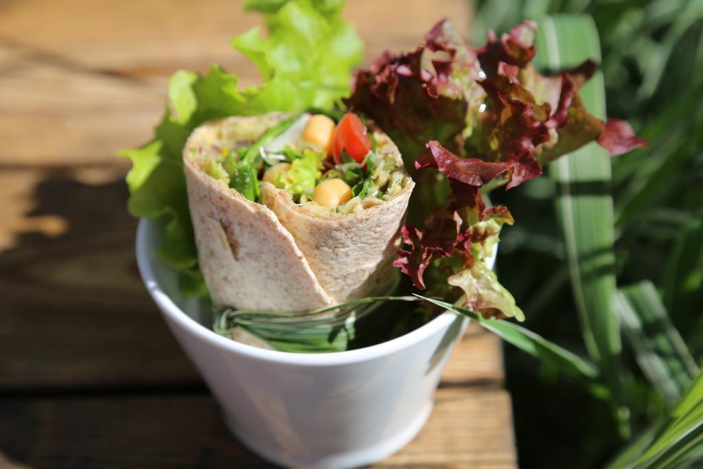 přihoďte zbytek salátových listů, wrap překrojte napůl a v malých mističkách můžete servírovat jako svačinu