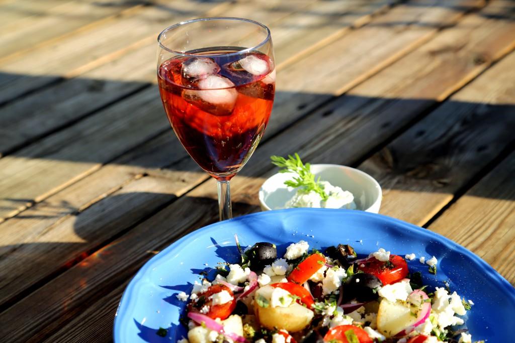 řecký bramborový salát s fetou chutná za letních večerů s vychlazeným růžovým vínem a třeba i trochou tzatziků jako bonus