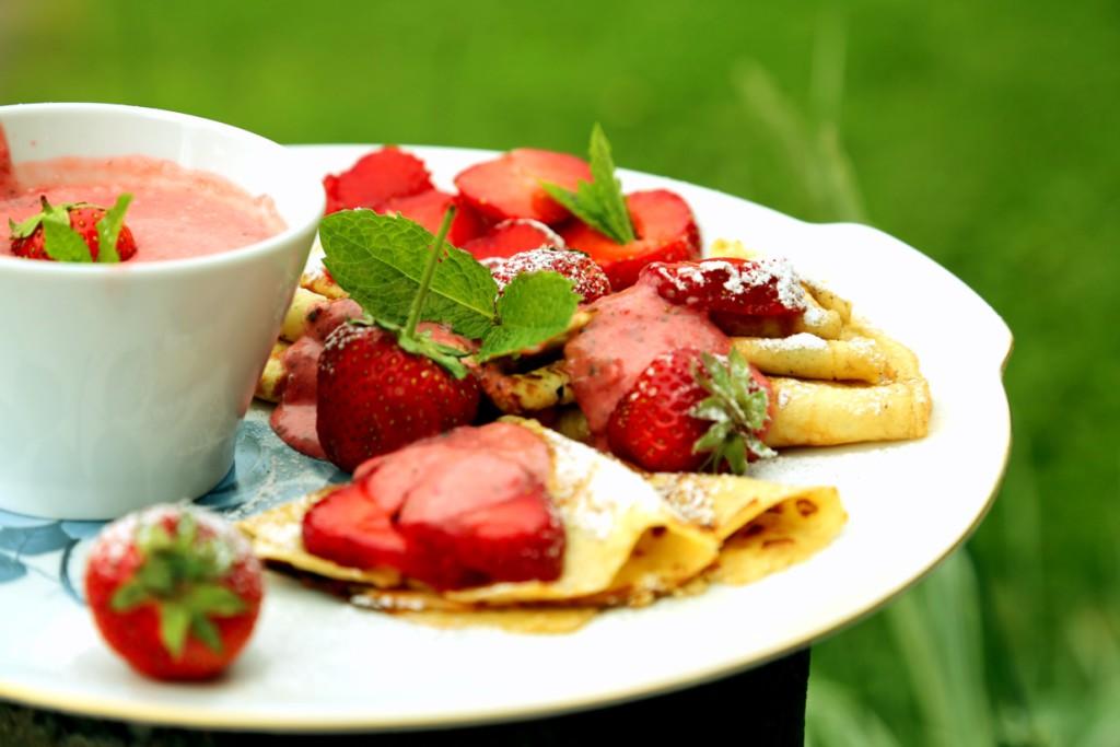tenhle recept na palačinky s přelivem je nejen rychlý, ale snadný. Voňavá kombinace čerstvých jahod s mátou je neodolatelná!