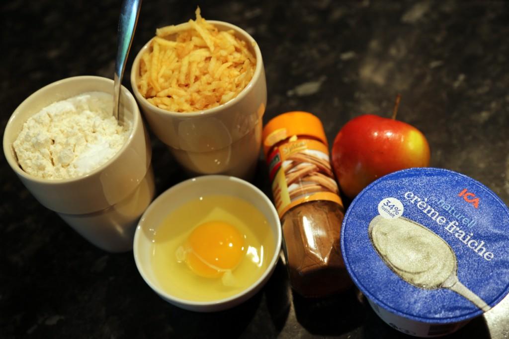 základní suroviny hladká mouka, vejce a jedno jablko stačí na výrobu cca 12 malých lívanečků
