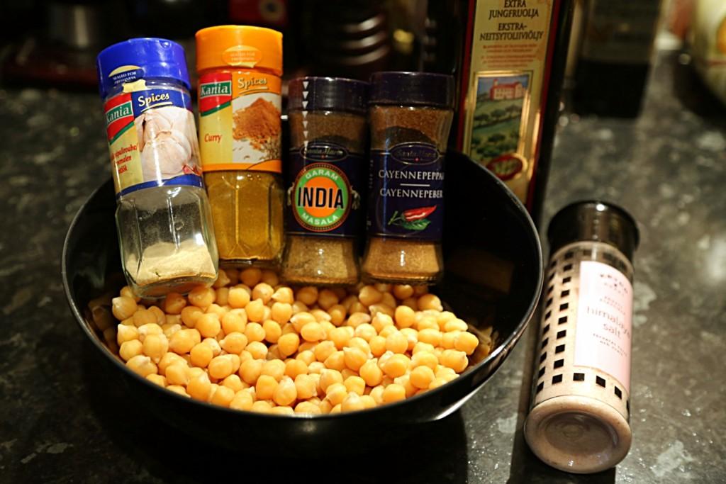 suroviny jsou velmi jednoduše cizrna, olivový olej, sůl a směs koření, kterou máte rádi. Já jsem tentokrát zvolila indické kari, garam masala , kajenský pepř a sušený česnek