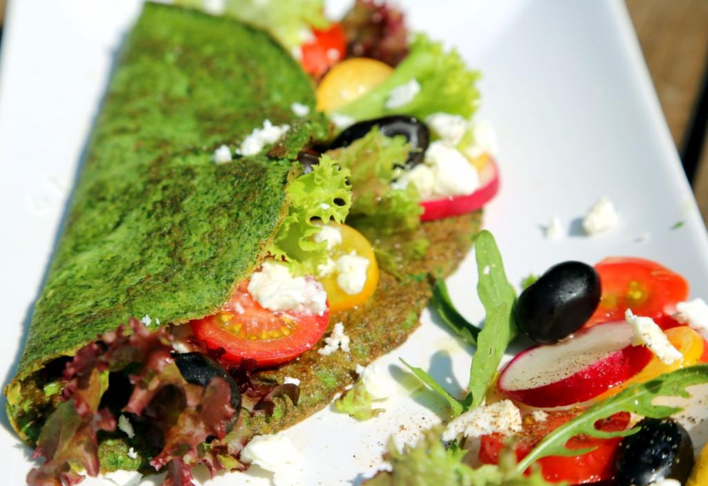 omeleta má svěží zelenou barvu ze špenátu, náplň si zvolte podle vašich chutí