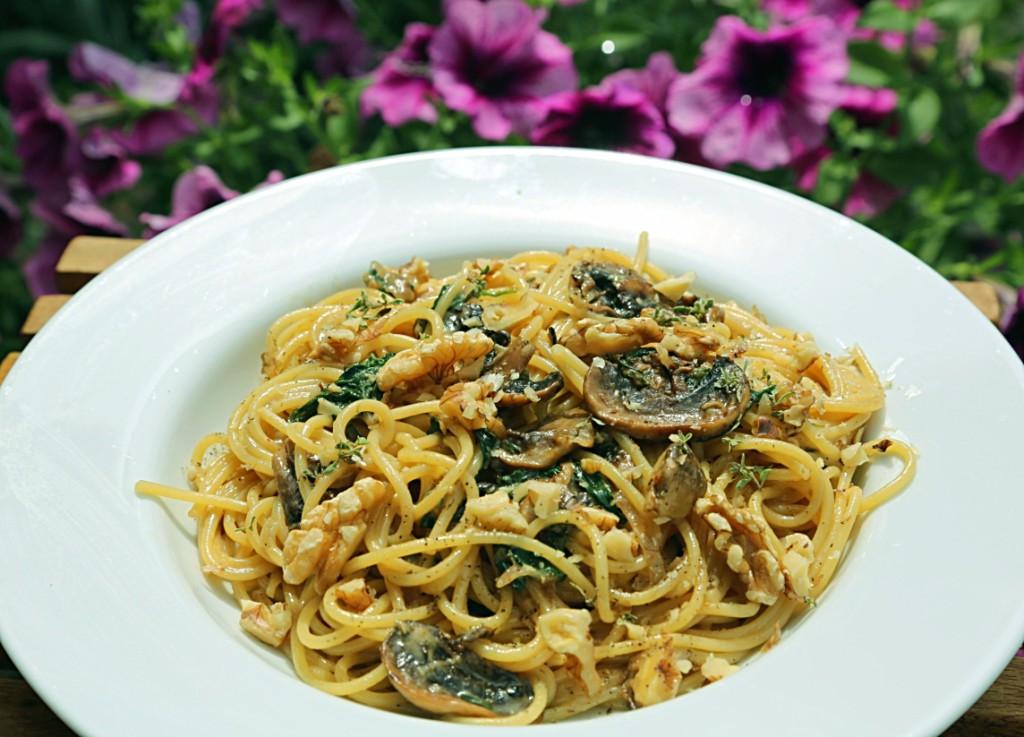 špagety či linguine jsou výbornou volbou pro omáčku z gorgonzoly se špenátem a houbami. Jako chutný doplněk posypte hotový pokrm vlašskými ořechy a čerstvým tymiánem