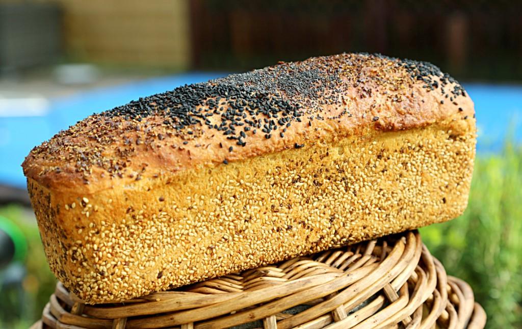 toastový chléb s tang zhongem tentokrát obalený semínky a uvnitř je nastrouhaný parmezán