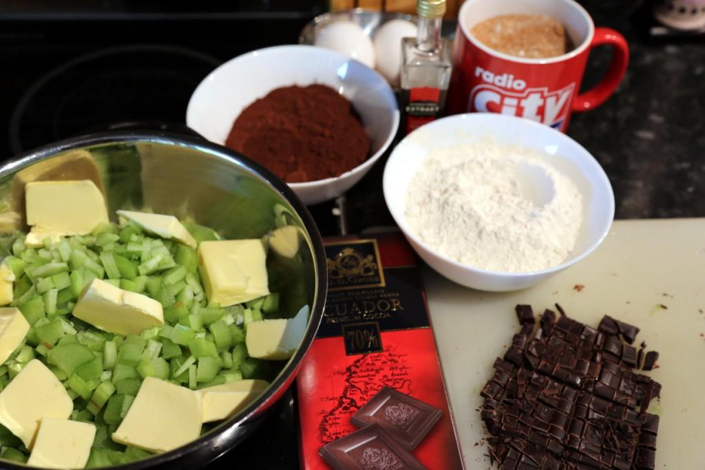 čokoládové brownies s rebarborou jsou jen másla, vajec, čokolády, kakaa, vanilkového extraktu, cukru a mouky
