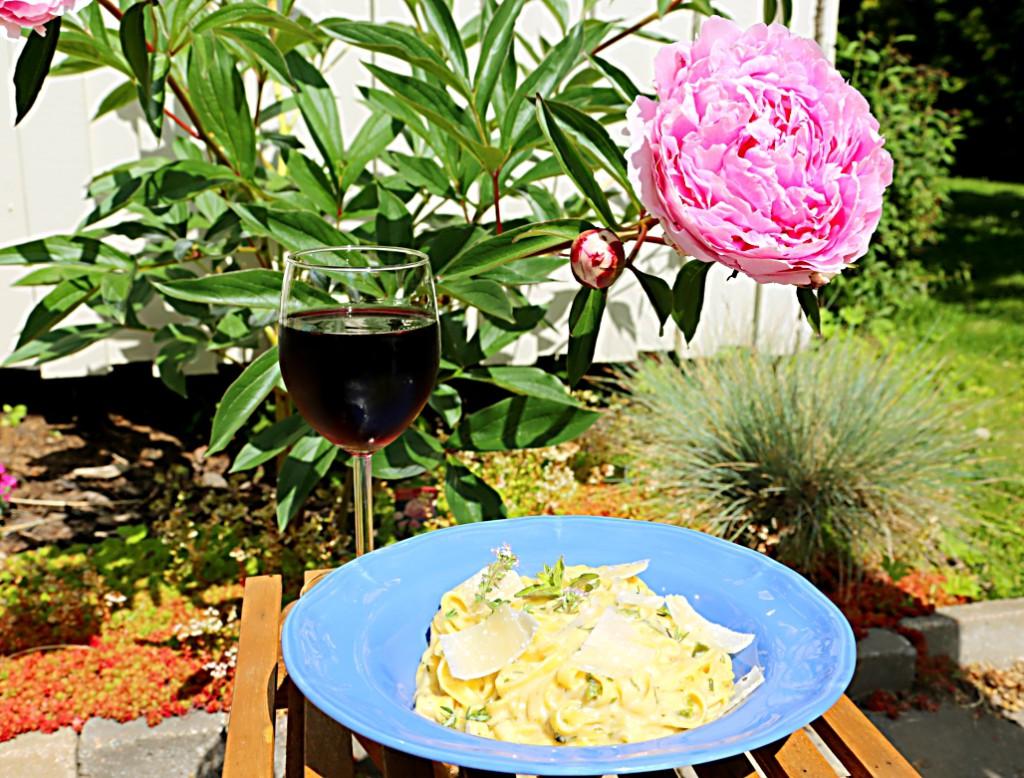 pasta Alfredo díky pečenému česneku získá lahodnější chuť a v kombinaci se sklenkou červeného vínka to nemá chybu
