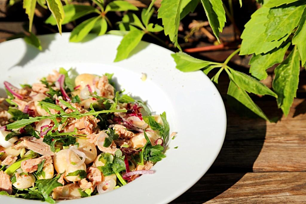 fazolový salát s tuňákem a rukolou je osvěžující a plný vitamínů