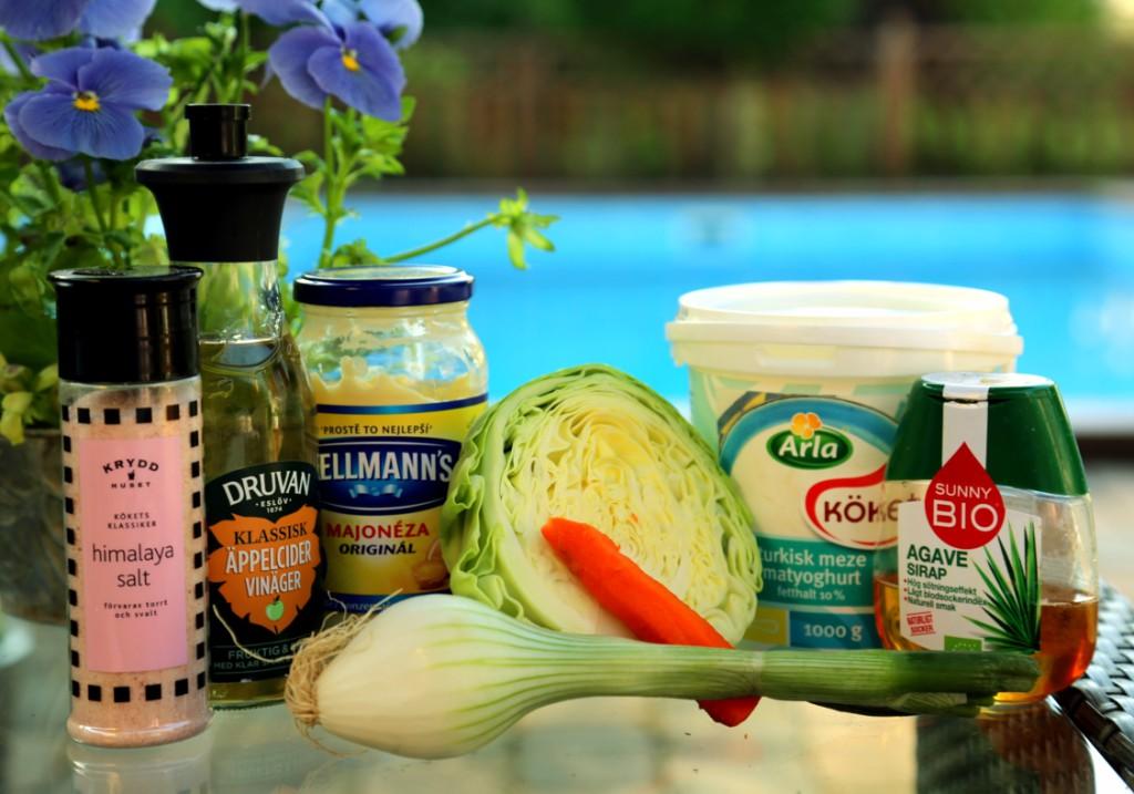 suroviny potřebné pro domácí výrobu coleslawu. Ocet zvolte opravdu jemný, nejlépe jablečný.