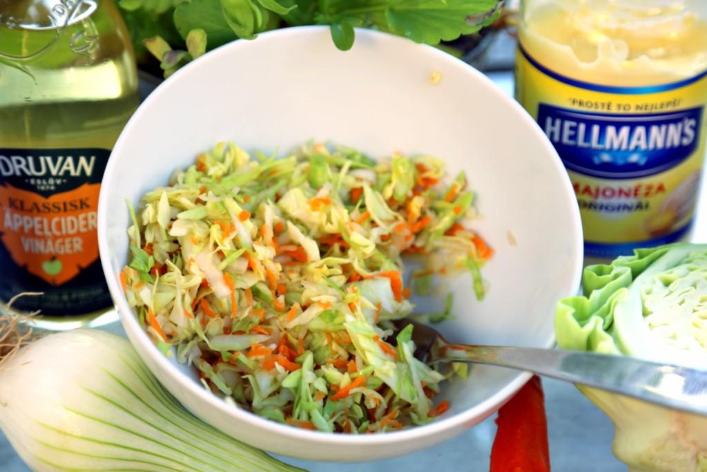takhle vypadá směs pokrájené zeleniny připravená k zamíchání se zálivkou