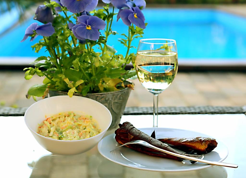 salát coleslaw je výborný v sezoně mladého zelí, neb je krásně křupavý. Kombinovala jsem ho s doma uzeným okounem a sklenkou vinného střiku.