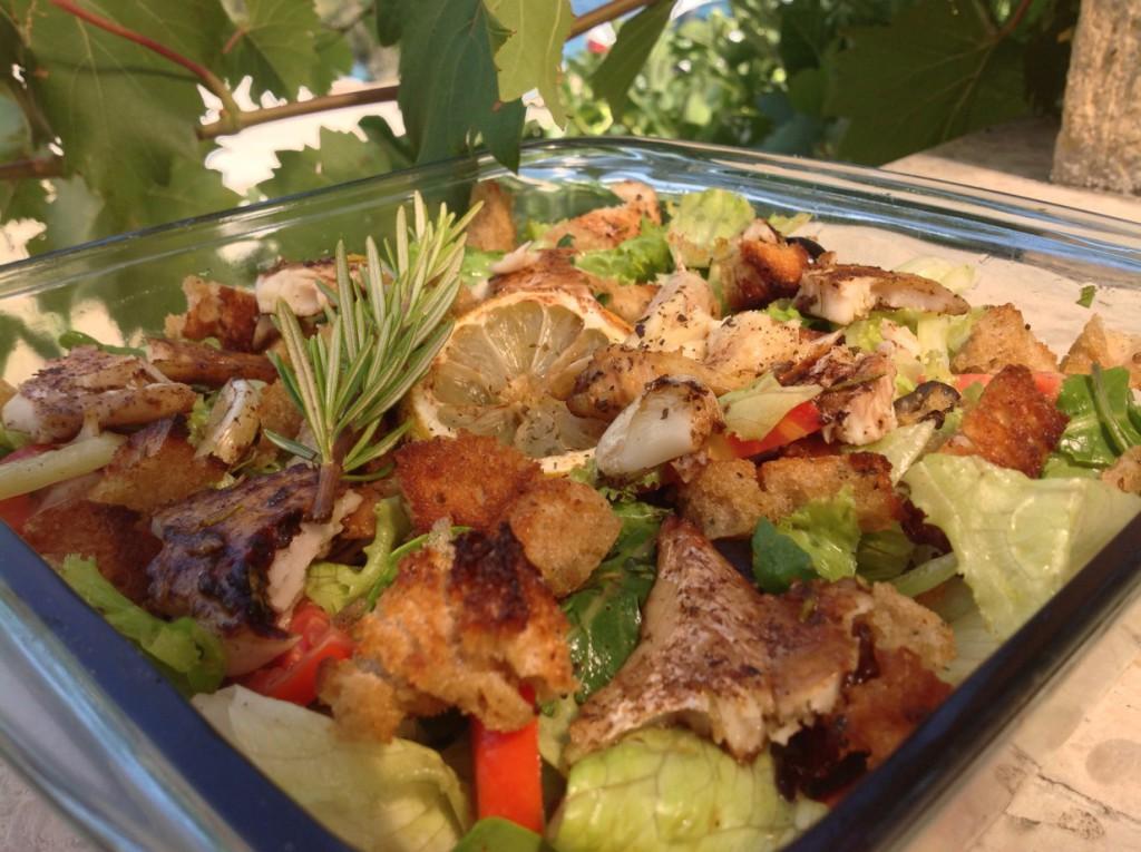 finální salát s rybou a krutony před zamícháním