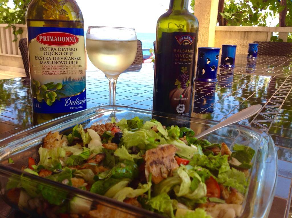 lehounký letní oběd s rybou určitě potěší v lahodné kombinaci s bylinkovými krutony