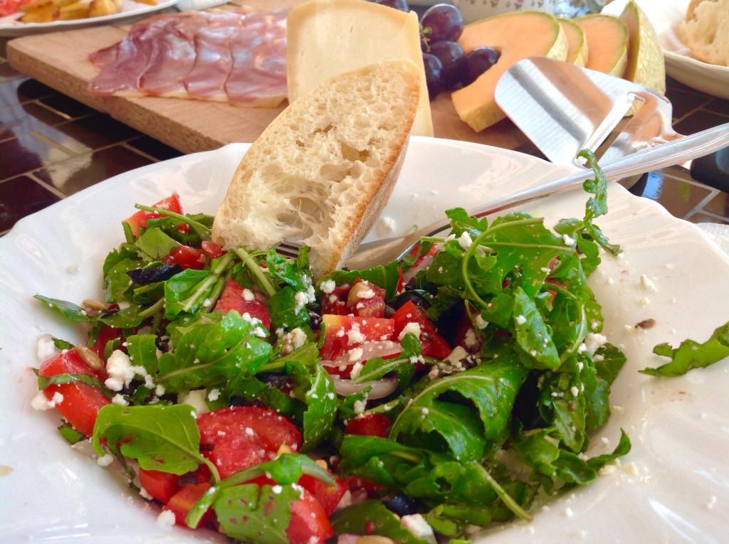 v Dalmácii nyní panují neskutečná vedra a tak vařit se nikomu přes poledne opravdu nechce. Návštěva trogirského trhu se zeleninou a farmářskými výrobky stačila na vykouzlení jednoho báječného oběda