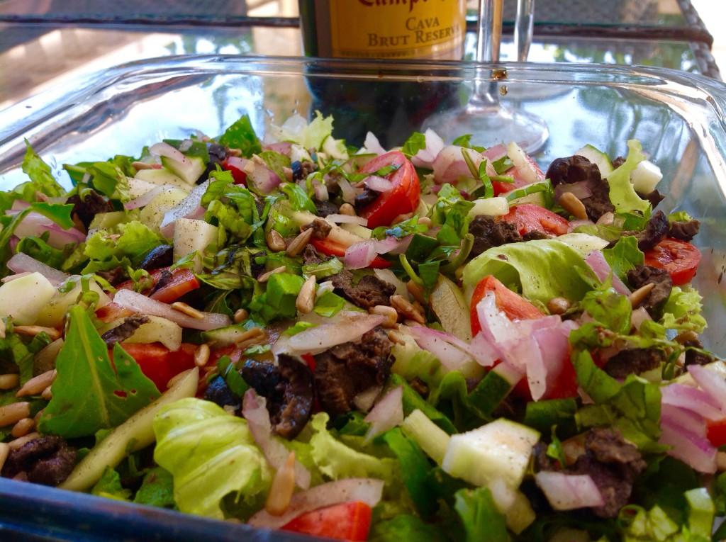 zeleninu na základ salátu si vyberte podle svého gusta. Já zvolila křupavý salát, rukolu, červenou cibuli, rajčata, papriku a olivy. na vrch jsem nasypala slunečnicová semínka.