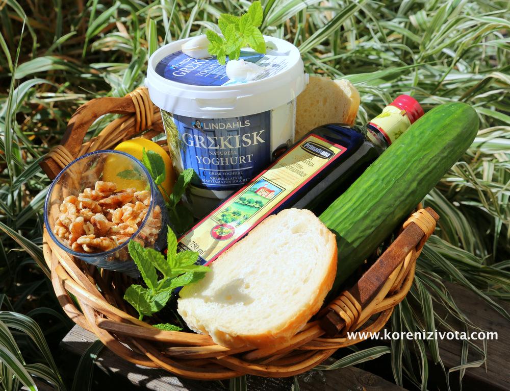 suroviny na výrobu tartaru jsou vlašské ořechy, bílý jogurt, olivový extra panenský olej, 2 plátky chleba, česnek a čerstvá bylinka