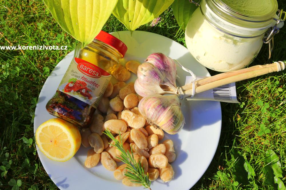 suroviny: bílé fazole, citron, sušená rajčata, rozmarýn, česnek, domácí lučina, a nakonec i olivy, co se nezúčastnily focení :-)