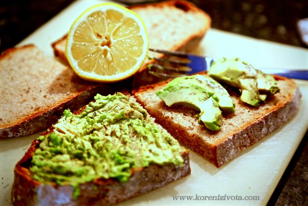 avokádo naplátkujte a vidličkou rozmačkejte na krajíci chleba, pak zakapejte lehce citronem proti oxidaci a hnědnutí