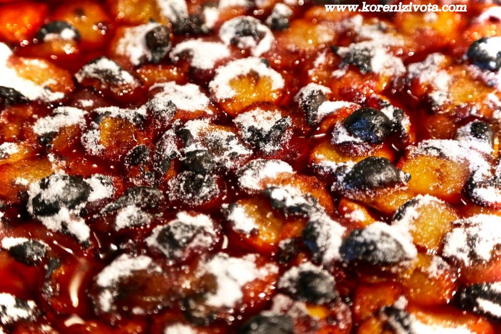 po první fázi pečení se pečené ovoce posype rovnoměrně poloviční dávkou cukru