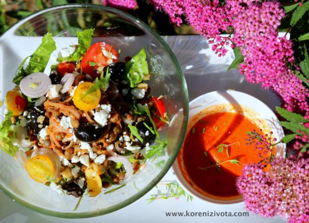 čočkový salát s dresinkem z pečených paprik