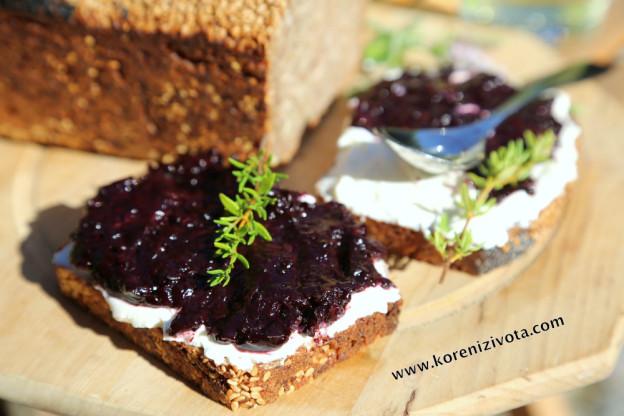 chléb s džemem, lučinou a tymiánem