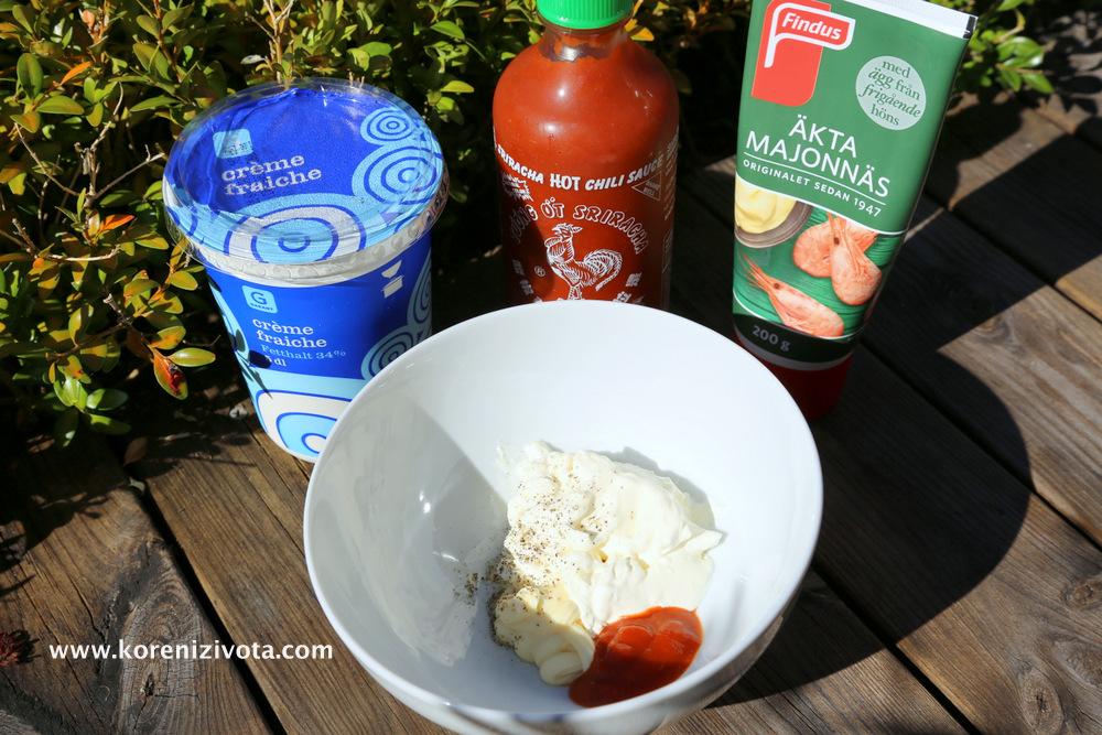 suroviny na přípravu lehké pikantní majonézy jsou zakysaná smetana, kvašená pikantní omáčka Sriracha, majonéza, sůl, pepř. Zeleninu na salát zvolte dle vašic chutí.