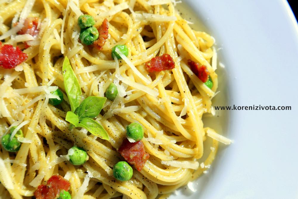 pasta carbonara s pestem je velmi jednoduchý recept, který vás ohromí svou sametovou chutí