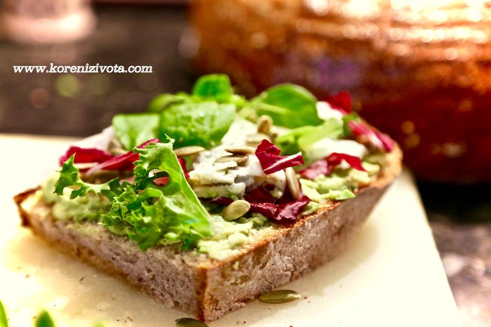sendvič s avokádem a gorgonzolou posypte oblíbenými semínky