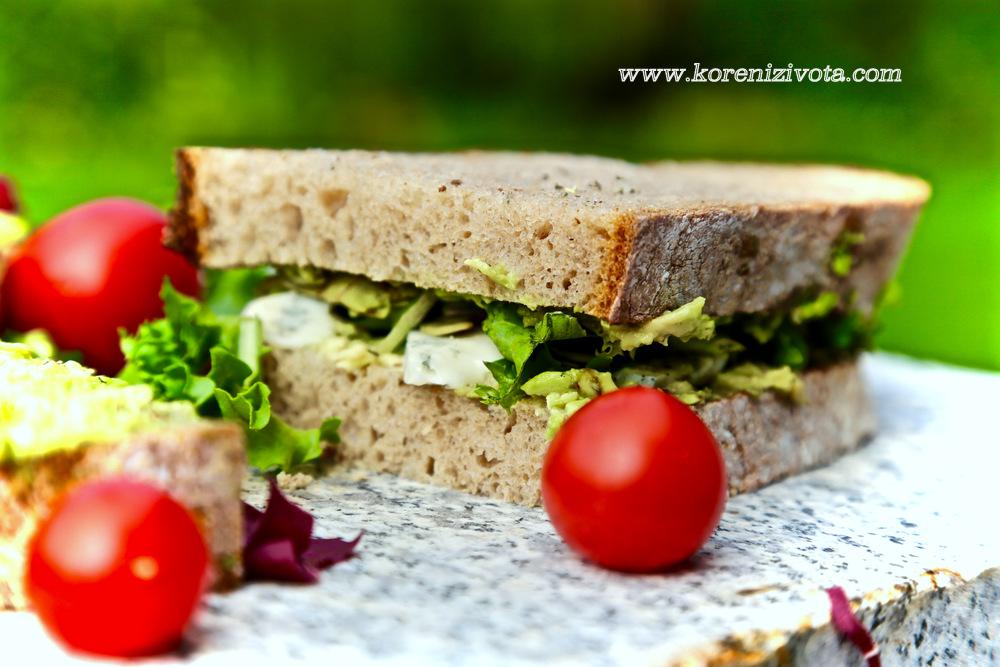 sendvič s avokádem a gorgonzolou připraven, už jen zabalit a hurá na cesty!