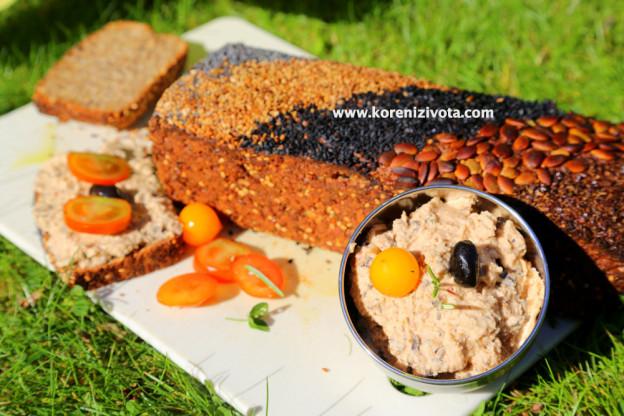 pomazánka z fazolí, sušených rajčat a rozmarýnu