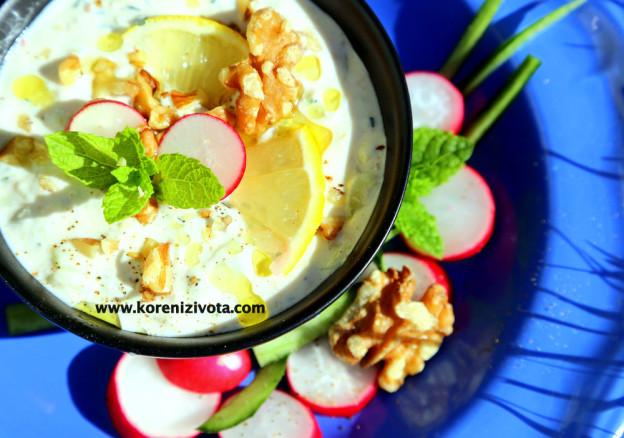 okurková polévka s jogurtem a ořechy