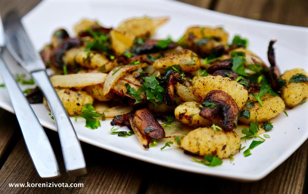 opékané gnocchi se slaninou a houbami jako obměna původního receptu. Nové koření i hrášek jsem vynechala a nahradila rozmarýnem se sušeným česnekem
