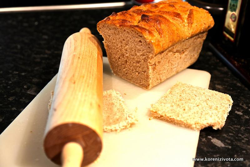 okrájejte kůrku i okraje toastového chleba a rozválejte opatrně válečkem ne příliš do tenka